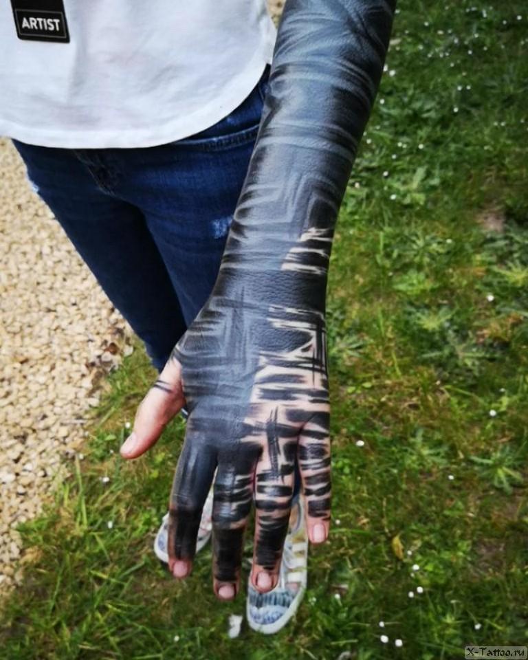 расчерченная женская рука