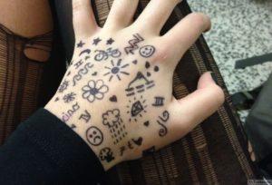 mnogo tatuirovok